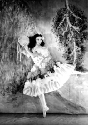 Bailarina de puntas y con pandero, retrato