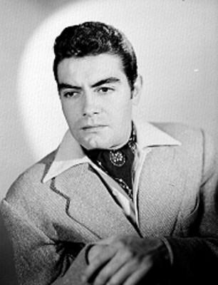 Octavio Arias, actor, recargado en una silla, retrato