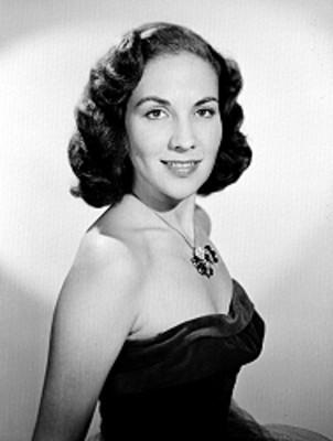 Alicia Caro, actriz, porta vestido estraple, retrato