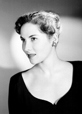Alicia Caro, actriz, porta vestido sin cuello, retrato