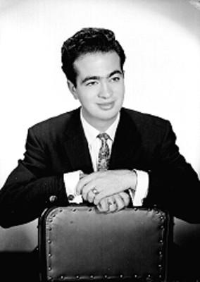 Sergio Núñez Falcón, actor, recargado en una silla, retrato