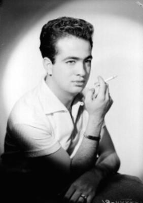 Sergio Núñez Falcón, actor, con cigarro en mano, retrato