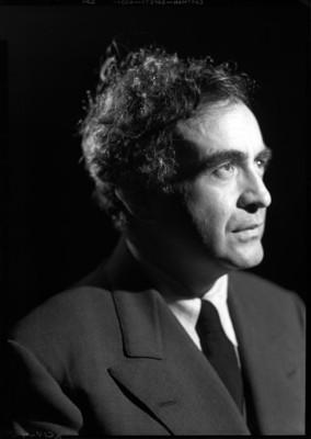 Carlos Chávez, músico, viste traje, retrato de perfil