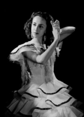 Ma. Eugenia Sevilla, bailarina, porta vestido flamenco, retrato