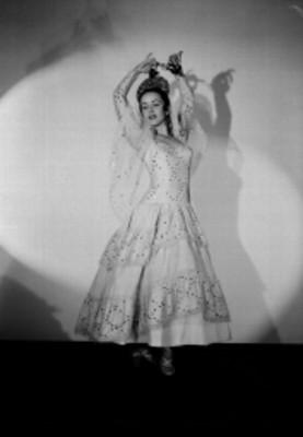 Ma. Eugenia Sevilla, bailarina, porta vestido con aplicaciones de lentejuela, retrato