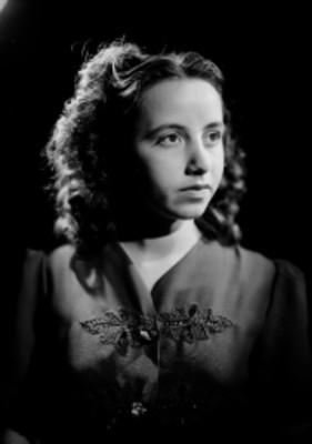 Ma. Eugenia Sevilla, bailarina, retrato de tres cuartos de perfil
