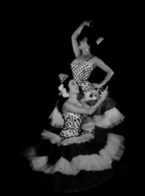 Milagros y Rosa Menéndez, bailarinas, con vestidos de olanes y peinetas, retrato