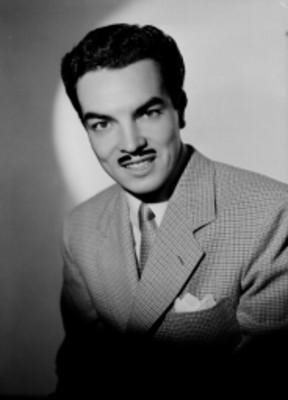 Luis Lomelí, actor, sonríe, retrato
