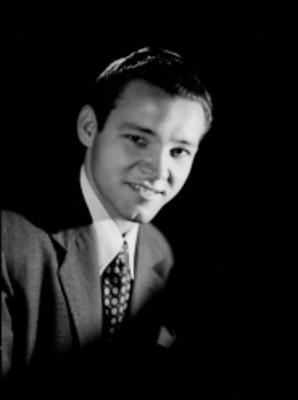 Eduardo Leal, actor, porta saco y corbata, retrato