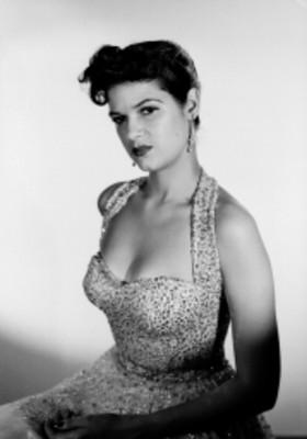 Margaret Jordan, con vestido escotado