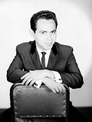 Javier Lamont, actor y cantante, sentado en una silla, retrato
