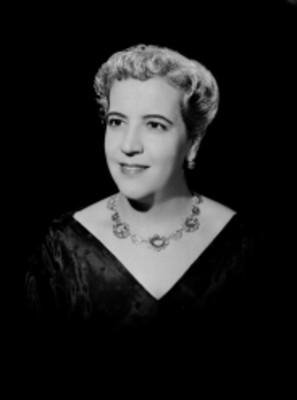 María de los Ángeles Loyla, cantante de ópera, con collar, retrato