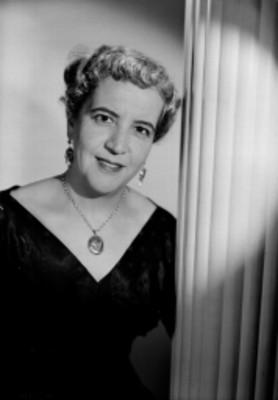 María de los Ángeles Loyla, cantante de ópera, junto a un muro, retrato