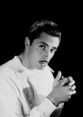 Julio Alemán, actor, con cigarro en la boca, retrato