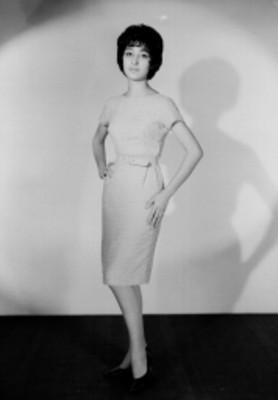 Norma de León, actriz y modelo, porta vestido a la rodilla, retrato