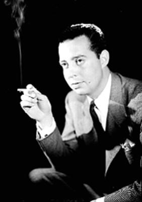 Agustín Legorreta fuma