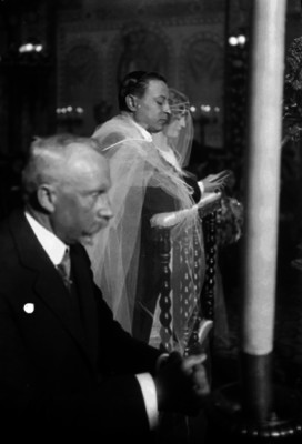Alfredo Breceda Mercado, general, hincado junto a su novia durante su boda en la igleia