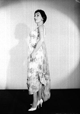 Stella Inda, con zapatillas y vestido largo