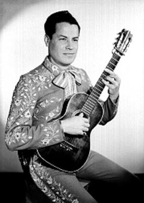 Daniel Flores, cantante, con traje de charro y guitarra, retrato