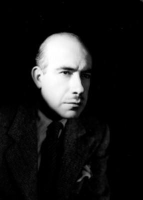 Rodolfo Usigli en tres cuartos a la derecha, con traje formal, corbata a rayas y pañuelo, retrato