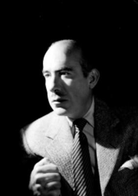 Rodolfo Usigli en tres cuartos de perfil izquierdo, se sostiene en respaldo de silla, retrato