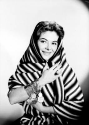 Dora Maria de frente con rebozo a rayas que cubre cabeza, hombros y brazos, retrato
