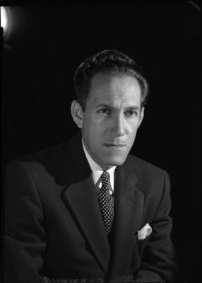 Gonzalo Curiel, musico y compositor, porta corbata con estampado en rombos, retrato