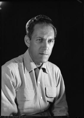 Gonzalo Curiel, musico y compositor, porta camisa jaspeada, retrato