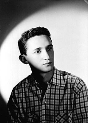 Abraham Stavans, actor, con camisa a cuadros, retrato