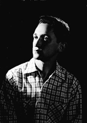 Abraham Stavans, actor, rostro de perfil, con camisa a cuadros, retrato