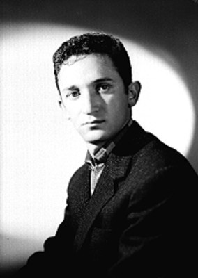 Abraham Stavans, actor, de saco y camisa a cuadros, retrato