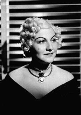 Esperanza Vazquez, cantante, porta vestido escotado con encajes, retrato