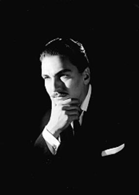 Daniel de la Vega, cantante, porta saco y corbata, con una mano en la barbilla, retrato