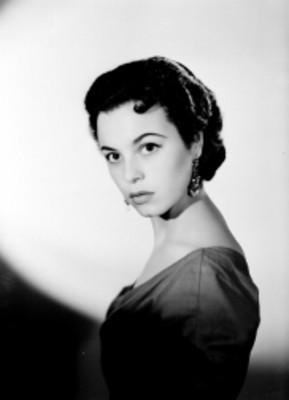 Beatriz Saavedra, actriz, viste una blusa escotada, retrato de perfil