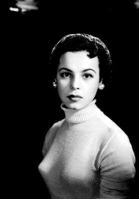 Beatriz Saavedra, actriz, viste un suéter con cuello de tortuga, retrato