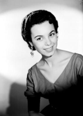 Beatriz Saavedra, actriz, porta un vestido con escote, sonríe, retrato