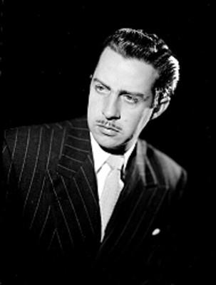 Jorge Casanova, actor, viste un saco a rayas con corbata, retrato