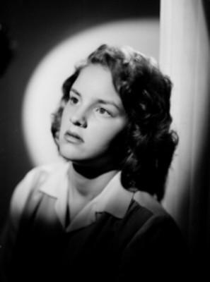 Adriana Welter, actriz, recargada en una columna, retrato