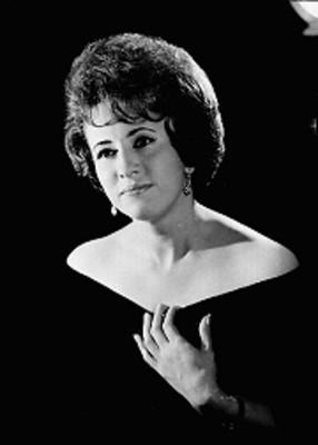 Rosa Alva, cantante de opera, con estola a los hombros y mano izquierda en su pecho, retrato