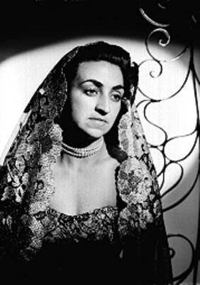 Paquita Abreu, cantante, porta vestido escotado de encaje y velo en su cabeza, retrato