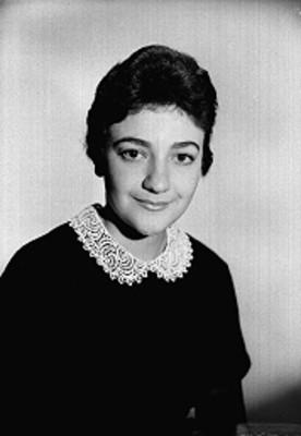 Beatriz Aznar, cantante de opera, viste una blusa con bordados en el cuello, sonríe, retrato