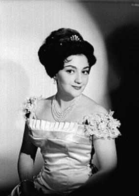 Beatriz Aznar sentada en tres cuartos de perfil con vestido de gala y tiara, retrato