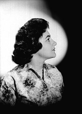 Beatriz Aznar con rostro de perfil derecho con vestido estampado botonadura al frente, retrato