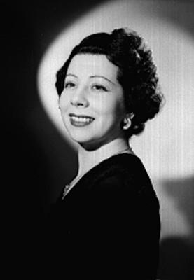 Julieta Simionato de perfil con rostro en tres cuartos sonríe, retrato