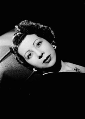 Julieta Simionato recostada en un divan, con rostro al frente, retrato