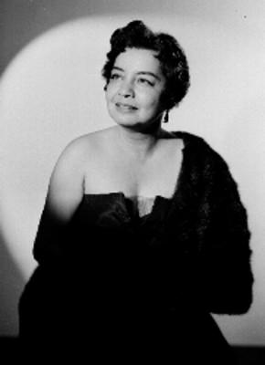 Ma. Luisa Infante, actriz, porta vestido strapples y un abrigo de piel, sonríe, retrato