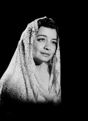 Ma. Luisa Infante, actriz, con un velo de encaje en su cabeza, retrato