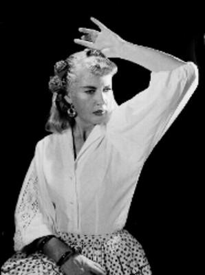Rosa Maria Dorca sentada con atuendo flamenco y brazo izquierdo levantado, retrato