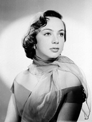 Adriana Roel en tres cuartos de perfil con hombros decubiertos y pañoleta al cuello, retrato
