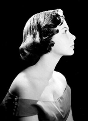 Adriana Roel de perfil derecho, pelo largo a la nuca y hombros descubiertos, retrato
